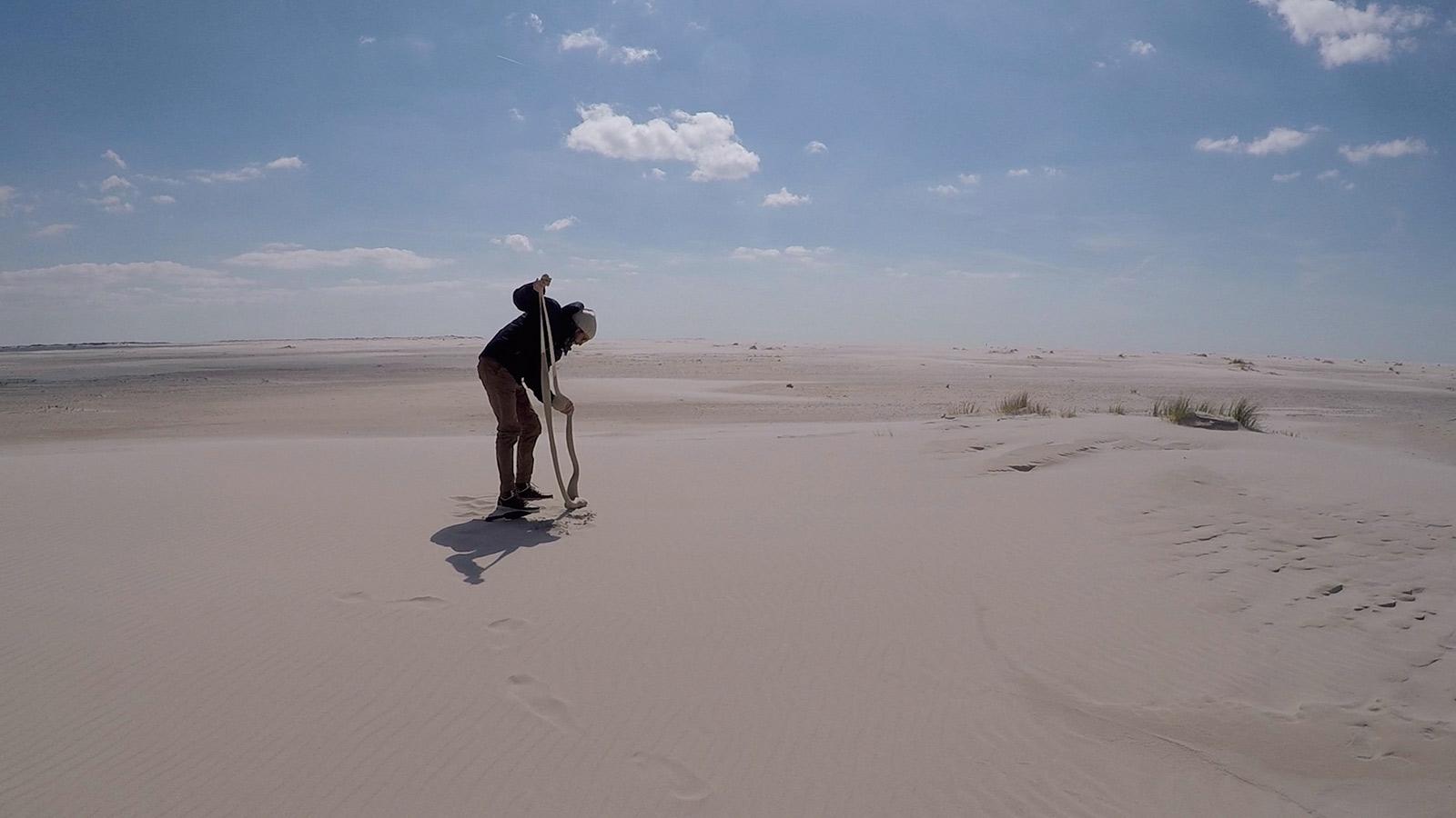 Auf der Nordseeinsel Amrum in Deutschland erschafft der Künstler Fabian Matz mit Feinstrümpfen und dem reichlich vorhandenen Sand bizarre Körper