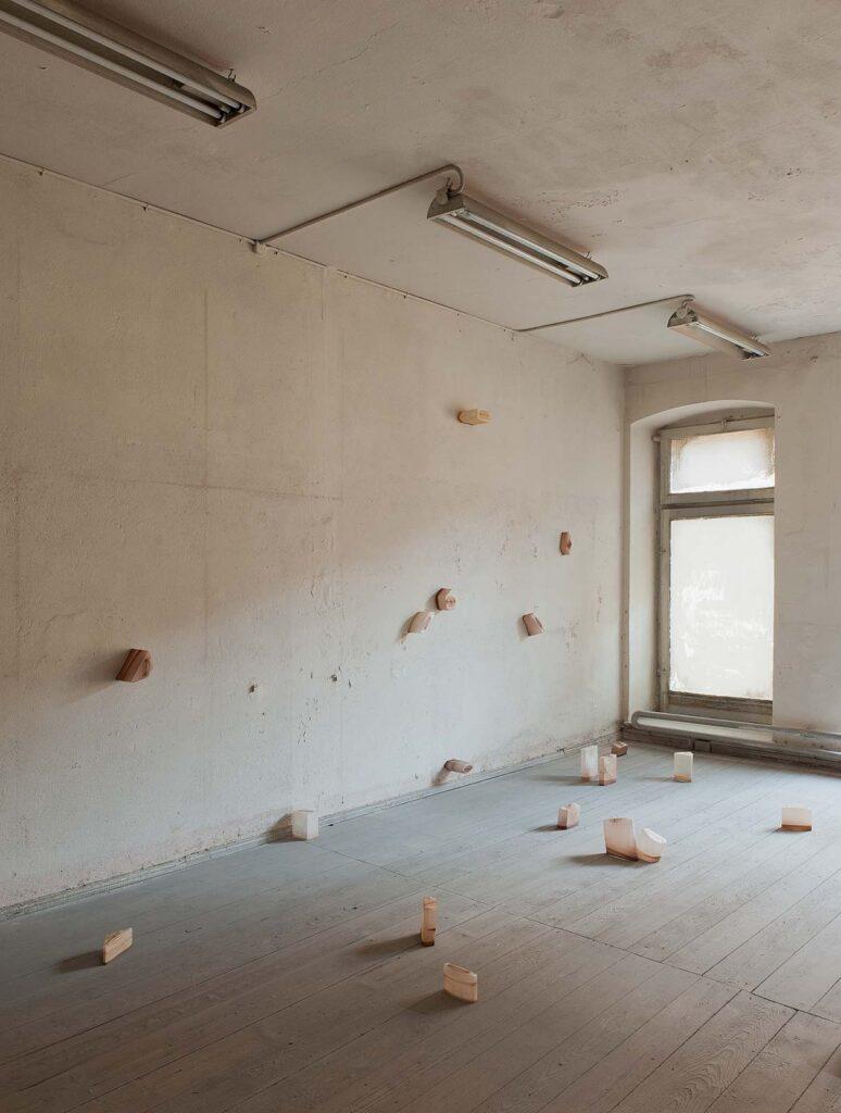 Ausstellungsansicht mit einer Objektinstallation in einem ehemaligen jüdischen Kaufhaus in Görlitz