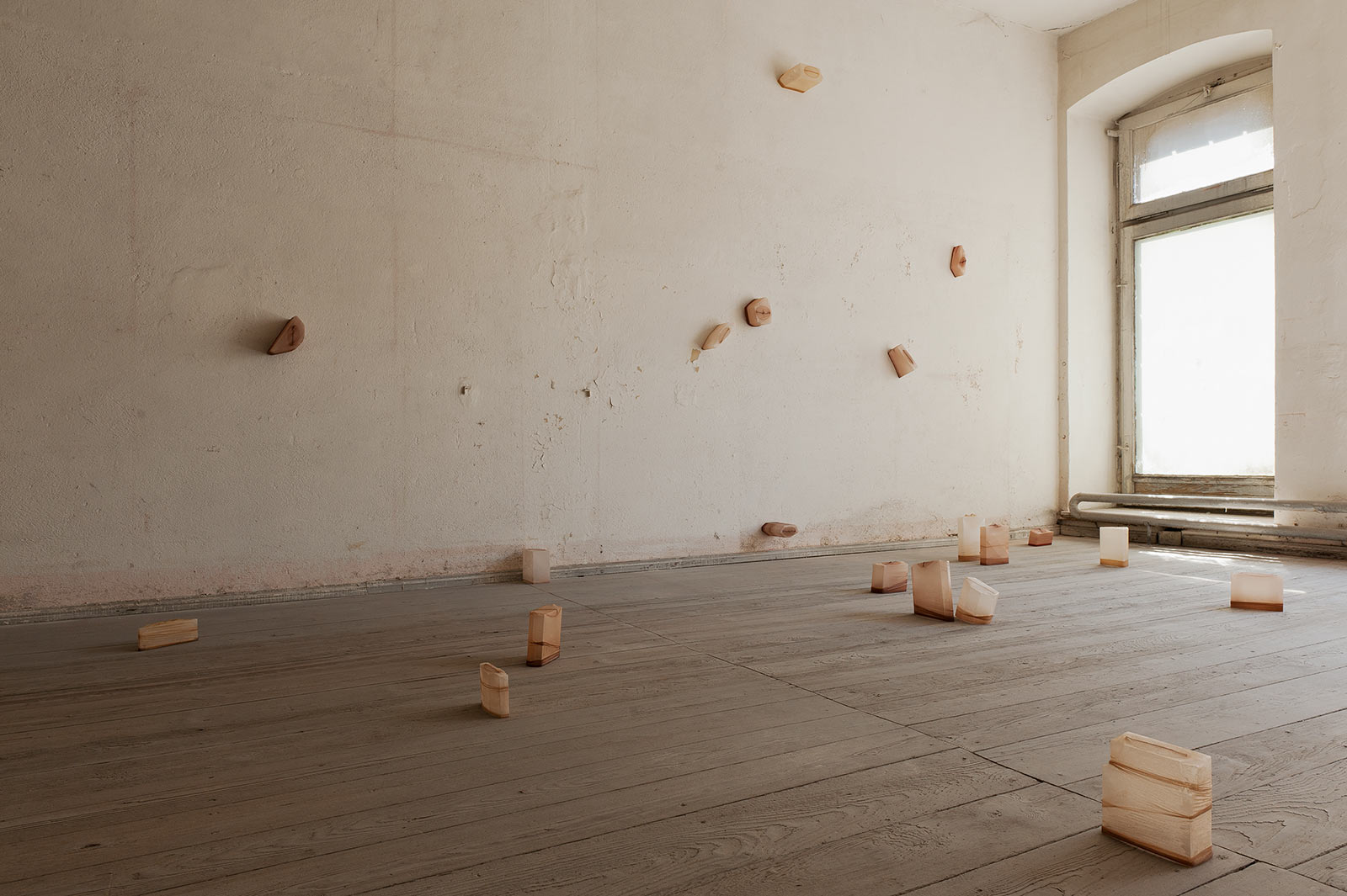 Installationsansicht mit einer Objektinstallation in einem ehemaligen jüdischen Kaufhaus in Görlitz