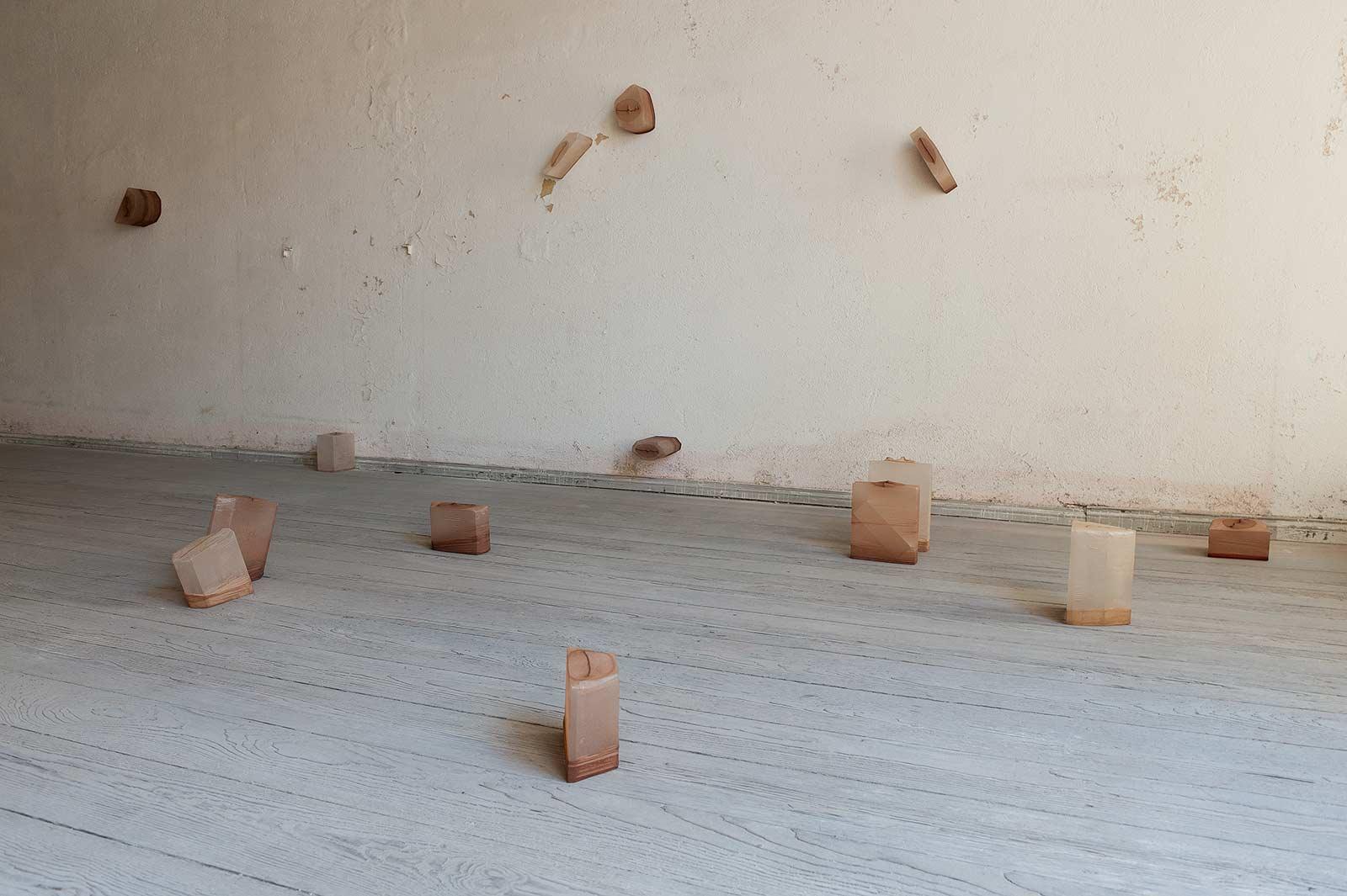 """Installationsansicht """"shaped bodies"""" im ehemaligen jüdischen «Kaufhaus Adolph Totschek»"""