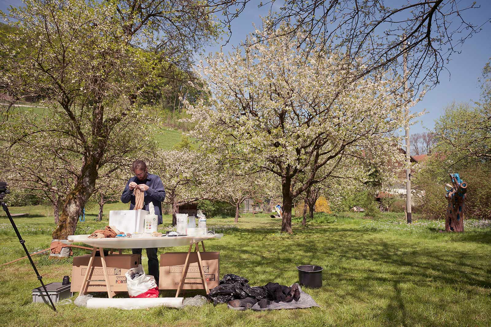 Freiluft Atelier am Kulturort Weiertal für eine Installation mit Strümpfen und Epoxidharz im Park mit Obstbäumen