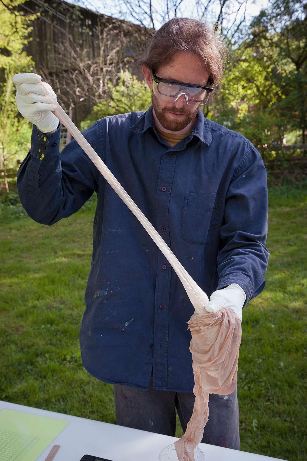 Fabian Matz präpariert ein Strumpf mit Epoxidharz für eine Installation am Kulturort Weiertal