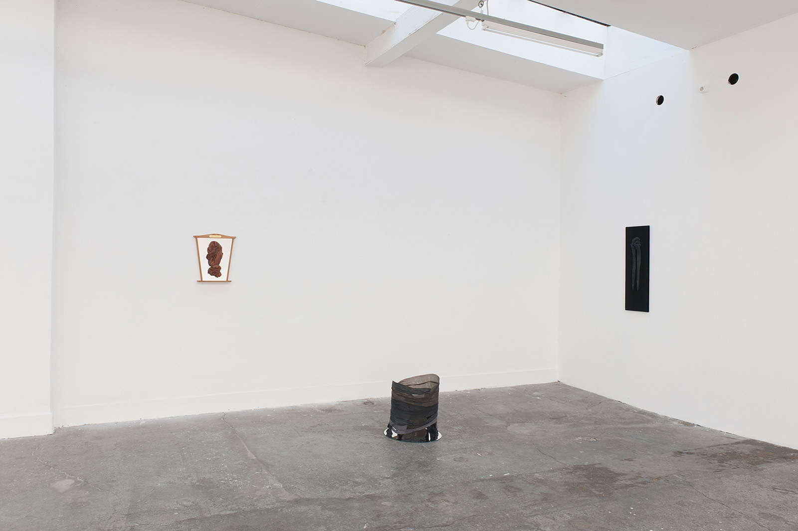 Ausstellungsansicht mit drei Objekten im Projektraum M54 in Basel