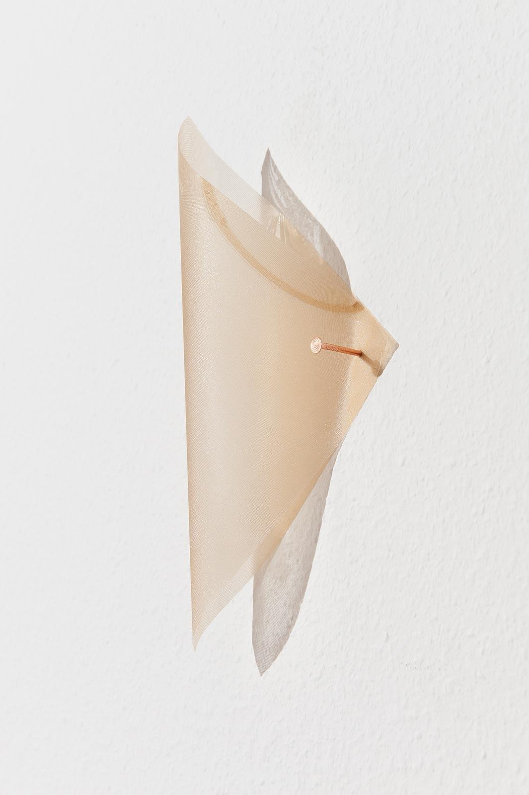 Rechteckig geschnittenes Strumpfgewebe mit Epoxidharz, das mit Kupfernägel an der Wand hängt
