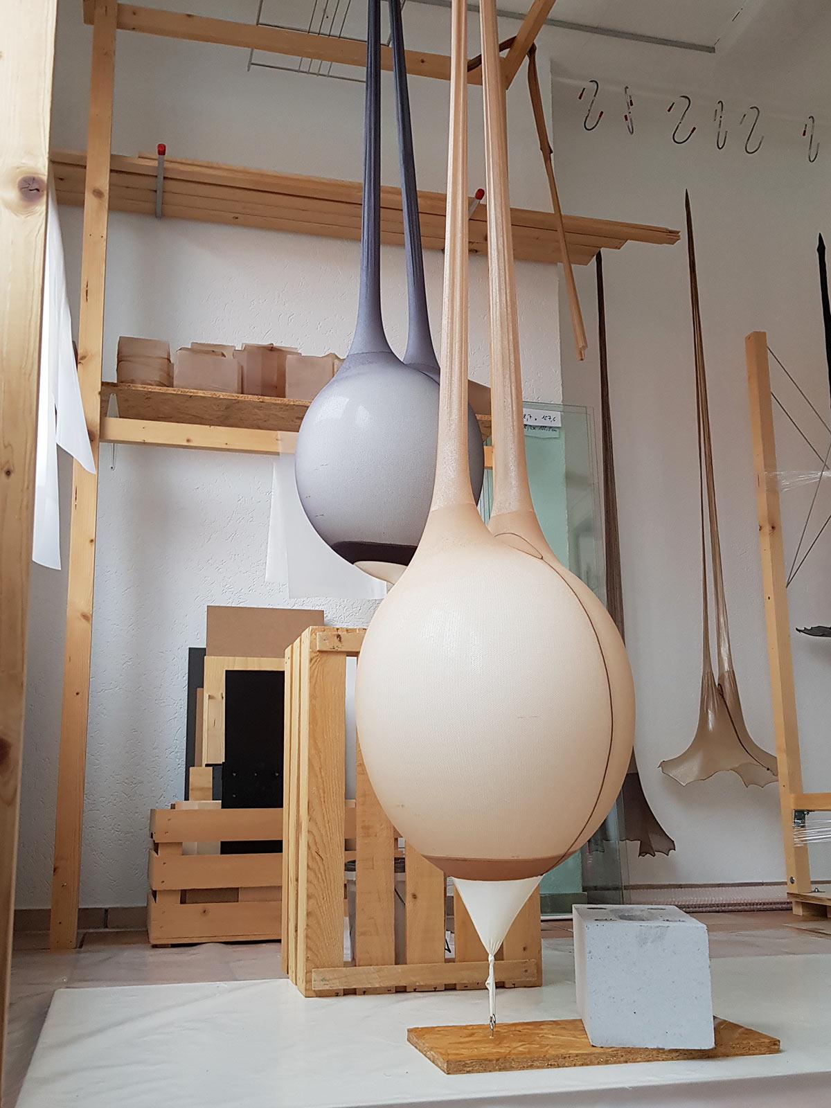 Vertikal gedehnte Strumpfhosen mit grossen aufgeblasenen Ballonen.