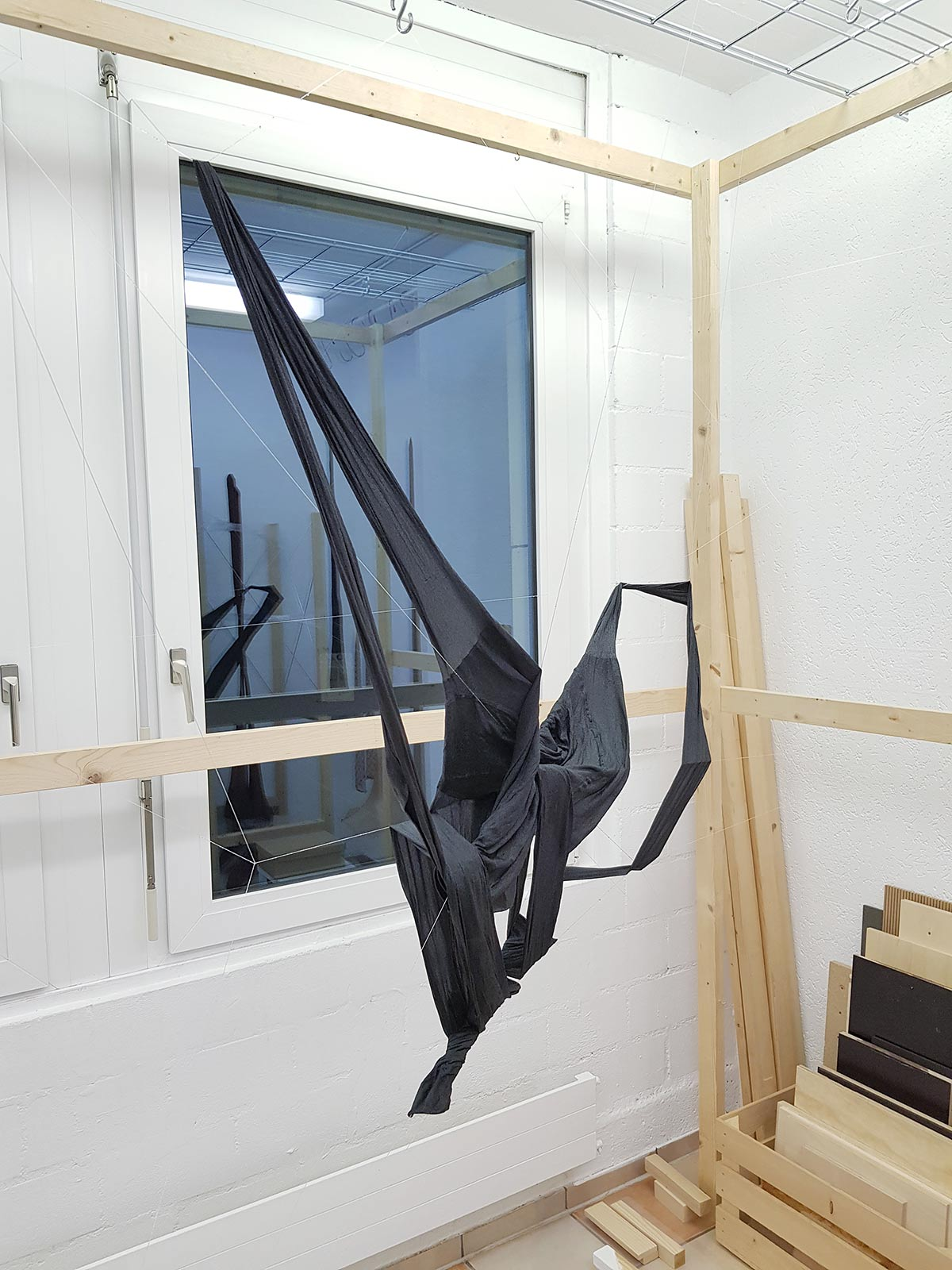 Ateliersituation mit der Herstellung eines Objektes mit schwarzen Polyamid-Strumpfhosen und Epoxidharz