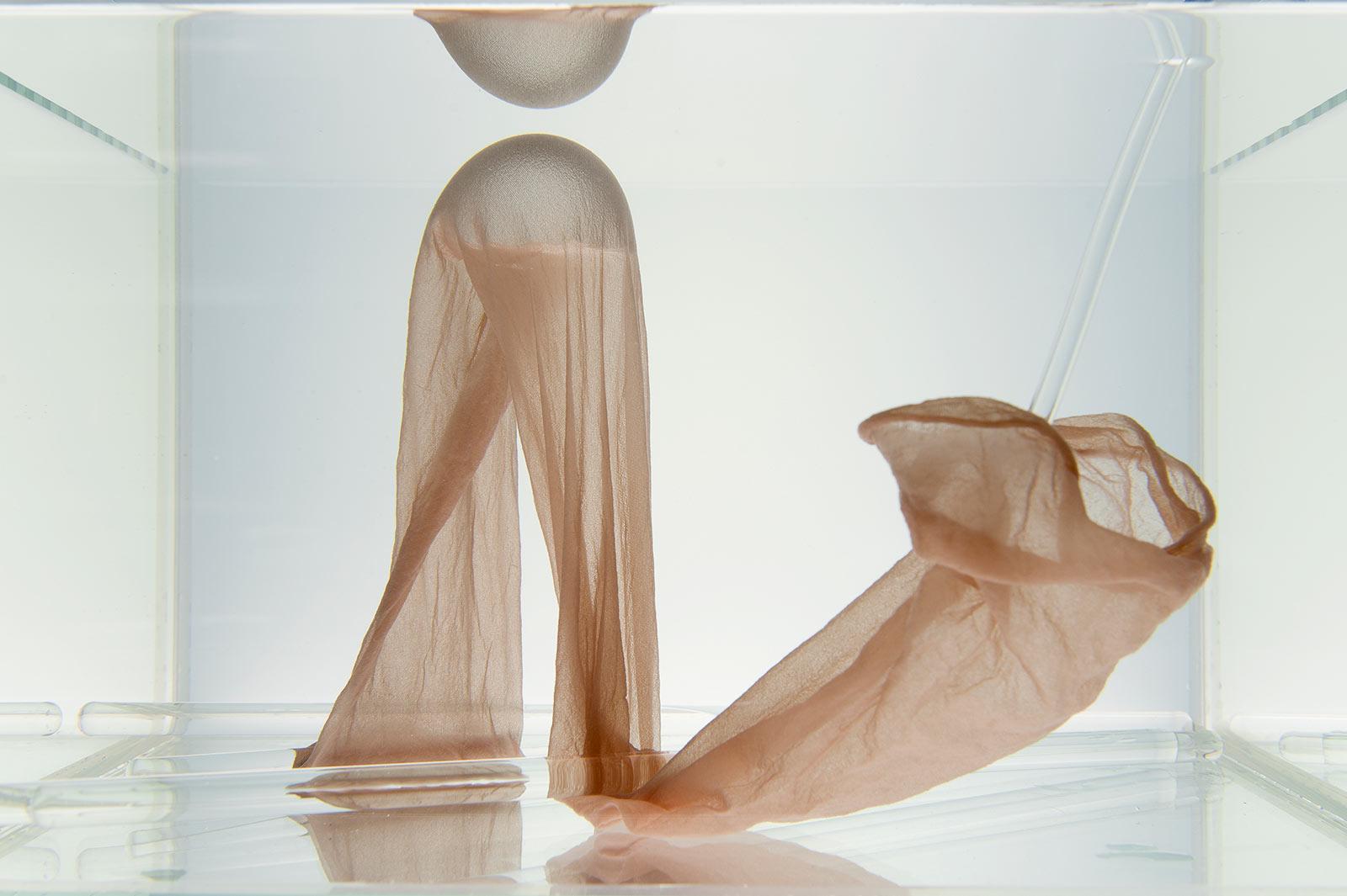 Strumpfhose in einem mit Wasser gefüllten Aquarium und einer eingeschlossenen Luftblase