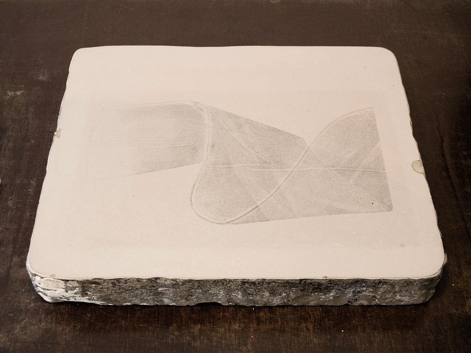Ein mit einem Strumpf bedruckter Stein für die Lithografie