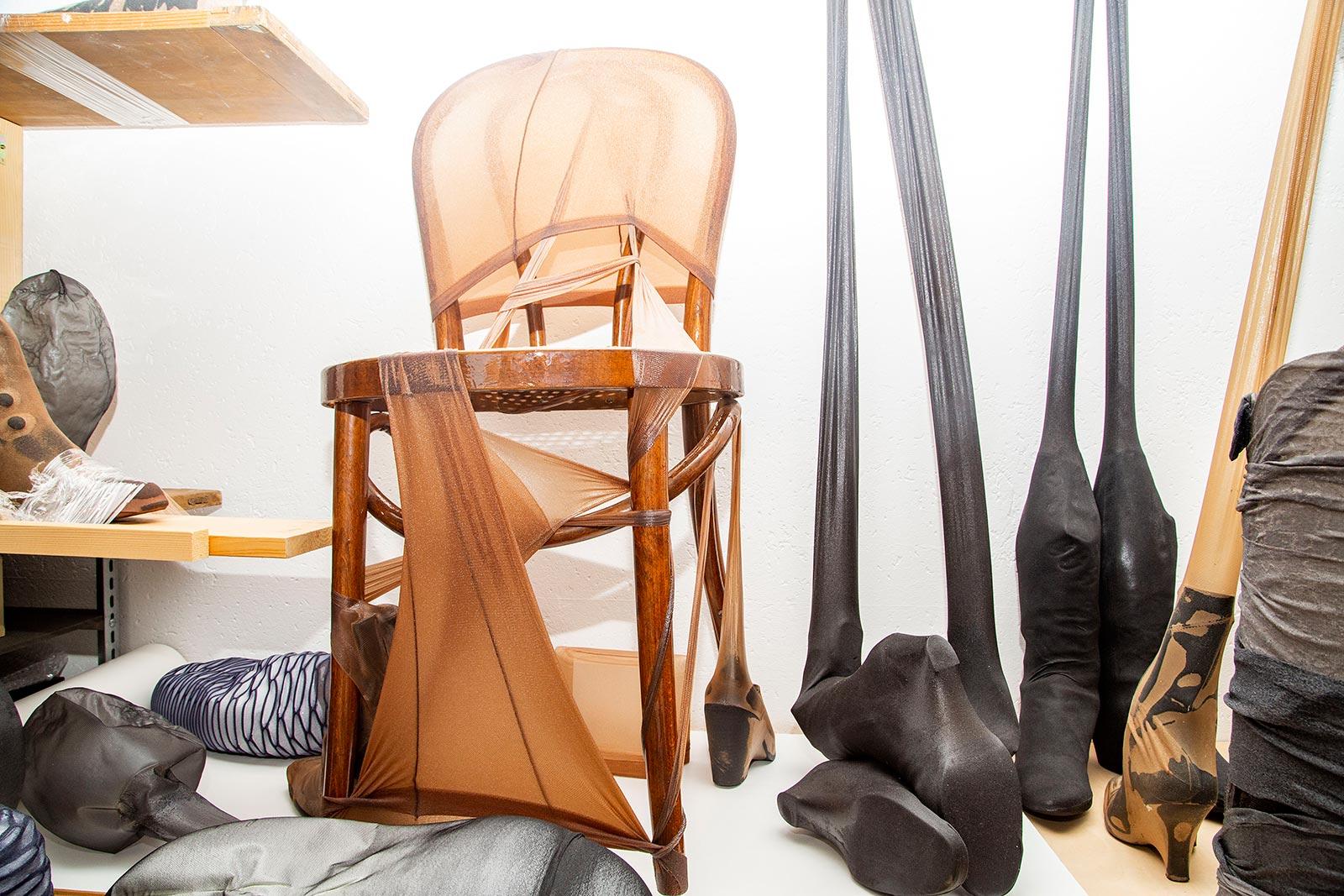 Werklager im Atelier auf einem Regal