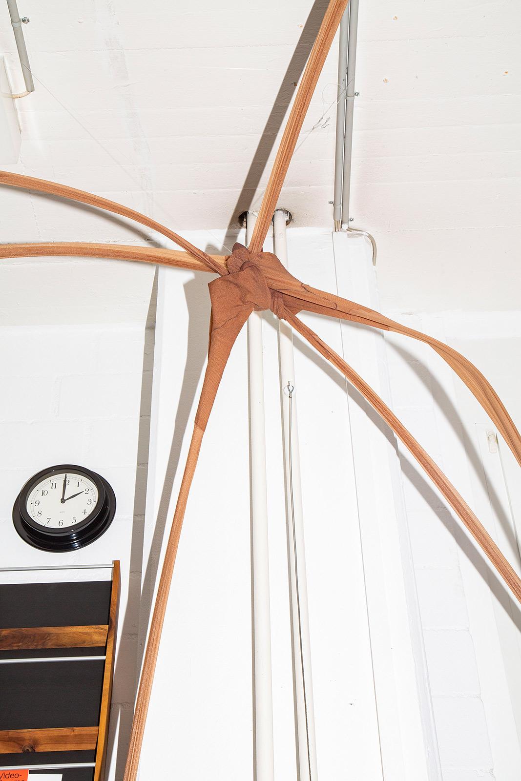 Aufgehängtes Strumpfobjekt im Atelier