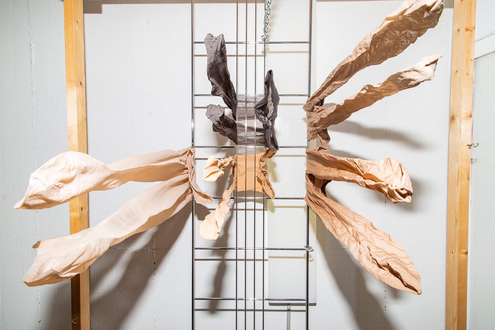 Aufgehängte Strumpfhosen im Atelier