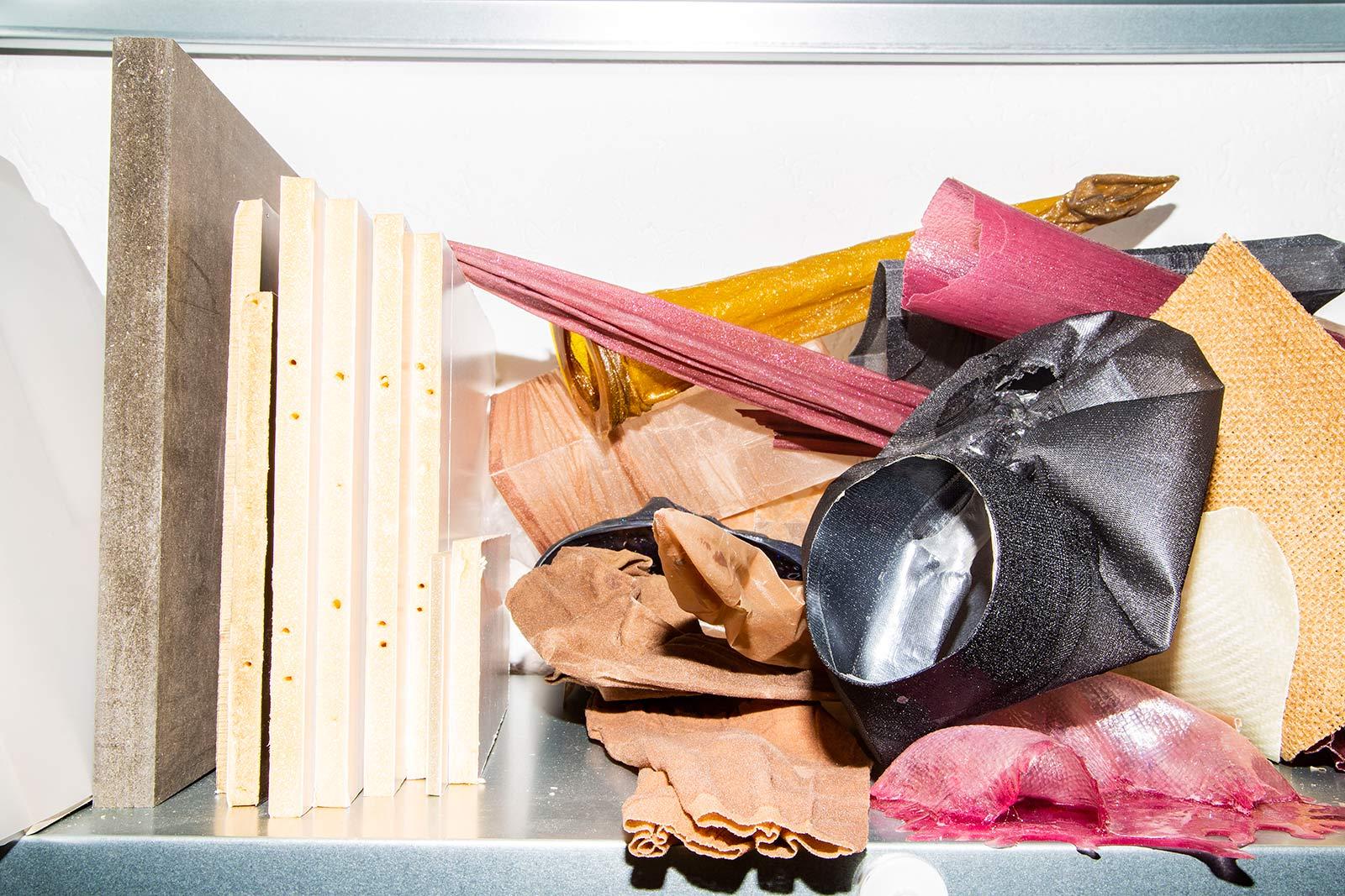 Verschiedene Materialien auf dem Regal im Atelier